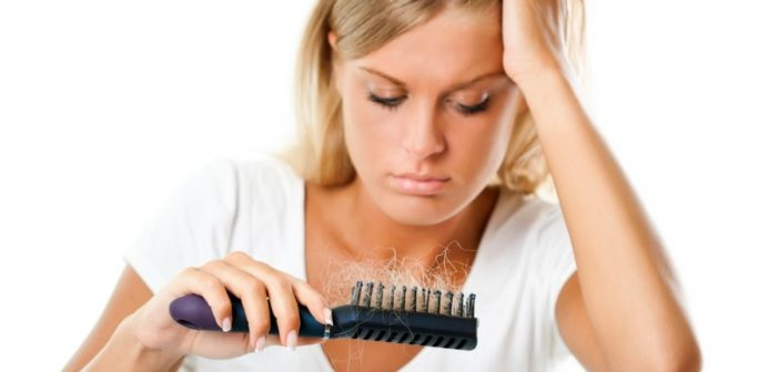 La caduta dei capelli: cause, dieta e rimedi naturali. Scopri le cause della perdita dei capelli, gli alimenti contro la caduta dei capelli più efficaci e i migliori rimedi naturali in grado di bloccare o contrastare l'eccessiva caduta dei capelli.