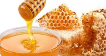 Miele: proprietà, benefici per la salute e controindicazioni. Scopri le proprietà benefiche e terapeutiche del miele, a cosa fa bene il miele, perché mangiare miele fa bene alla salute e le controindicazioni di questo dolcificante naturale.