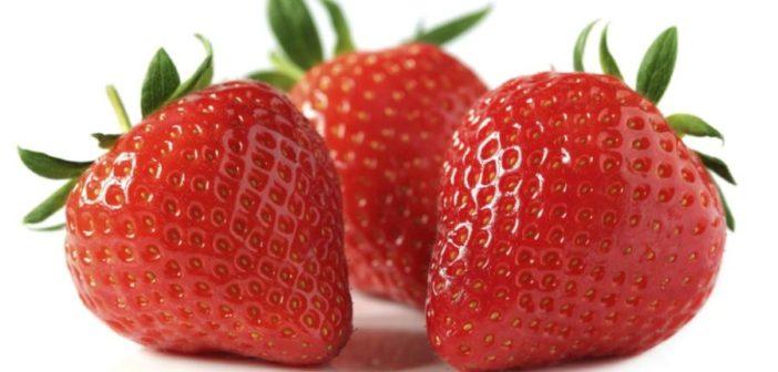 Fragole: proprietà, benefici, usi e controindicazioni. Scopri le proprietà delle fragole, i benefici per la salute, come usare le fragole in cucina o per la bellezza, le controindicazioni e gli effetti collaterali.