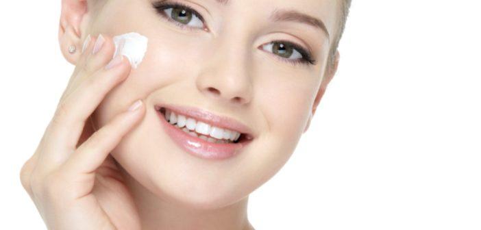 Pulizia del viso fai da te in modo naturale. Scopri come fare la pulizia del viso in casa passo per passo e quali prodotti naturali usare per pulire la pelle del viso in profondità.