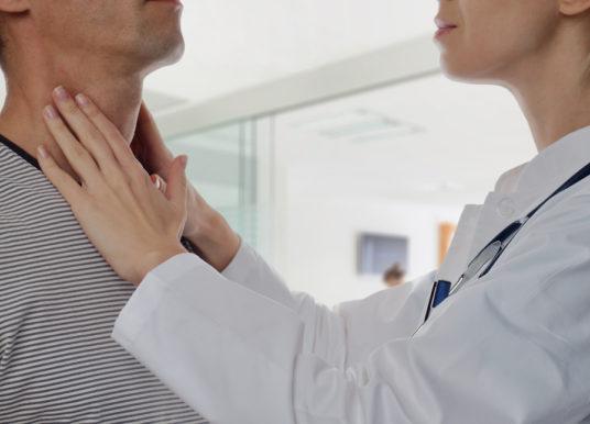 Tiroidismo: tipologie, cause, sintomi, alimentazione e rimedi naturali